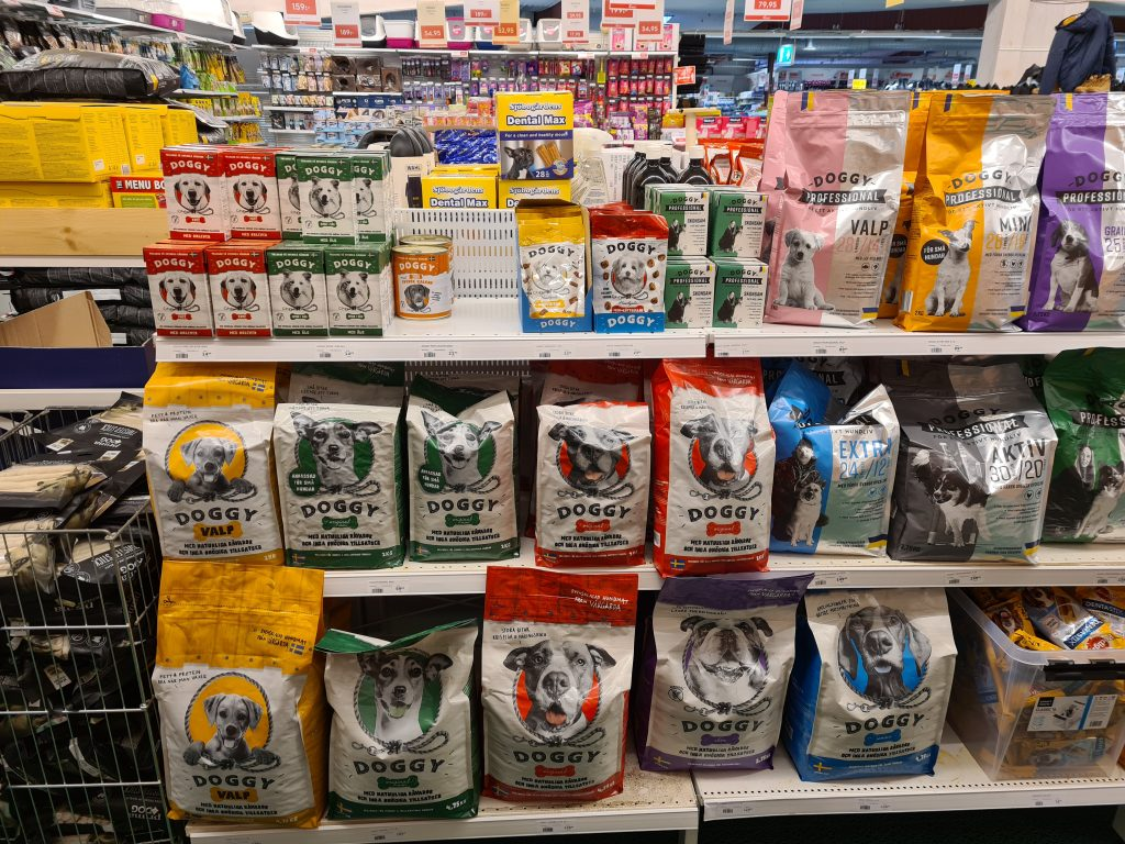 mängder av olika sorters hundmat från Doggy